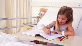 Meisjezitting in de kleuring van het het ziekenhuisbed stock footage
