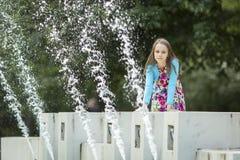 Meisjezitting op een openbare fontein Royalty-vrije Stock Afbeeldingen