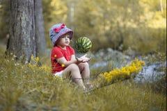 Meisjezitting op het Gras en het Spelen met Watermeloen royalty-vrije stock foto's