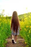 Meisjezitting op omheining met boeket - gelukkig meisje Royalty-vrije Stock Afbeelding