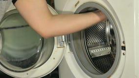 Meister auf Reparatur-Waschmaschine Meister auf Reparaturwaschmaschine stock footage