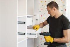 Meister baut Möbel zusammen Stockbilder