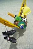 Meister-brasilianischer Fußball-Spieler, der mit Champagne und Trophäe feiert Stockfotografie