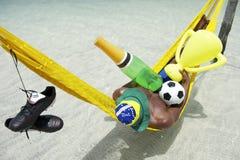Meister-brasilianischer Fußball-Spieler, der mit Champagne und Trophäe feiert Lizenzfreie Stockfotos