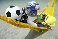 Meister-brasilianischer Fußball-Spieler, der mit Champagne und Trophäe feiert Lizenzfreie Stockbilder