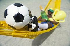Meister-brasilianischer Fußball-Spieler, der mit Champagne und Trophäe feiert Lizenzfreies Stockbild