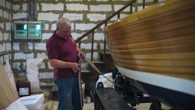 Meister in den Schauspielen, die mit selbst gemachtem Segelboot im Arbeitsraum 4k arbeiten liebhaberei stock video