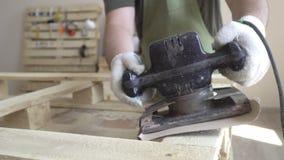 Meister in den weißen Handschuhen und in einem grünen Schutzblech arbeitet mit Werkzeugen für das Reiben Produkte gemacht vom Nat stock footage