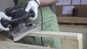 Meister in den weißen Handschuhen und in einem grünen Schutzblech arbeitet mit Werkzeugen für das Reiben Produkte gemacht vom Nat stock video