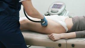 Meister des Cosmetology-Kabinetts macht ihre Vakuummassage des Kunden-A stock footage