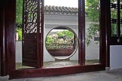 Meister des Netzgartens gesehen durch Mondtor, Suzhou, China stockfotos