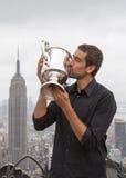 Meister Marin Cilic des US Open 2014, der mit US Open-Trophäe auf die Oberseite der Felsen-Aussichtsplattform in Rockefeller-Mitt Stockbild