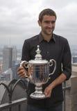 Meister Marin Cilic des US Open 2014, der mit US Open-Trophäe auf die Oberseite der Felsen-Aussichtsplattform in Rockefeller-Mitt Lizenzfreie Stockfotografie