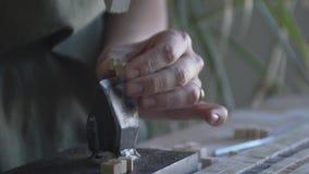 Meister mithilfe eines Hammers und eines Ambosses macht ein Teil für die Herstellung der Plattenvideonahaufnahme stock footage