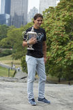 Meister Rafael Nadal des US Open 2013, der mit US Open-Trophäe im Central Park aufwirft Lizenzfreie Stockbilder