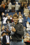 Meister Rafael Nadal des US Open 2013, der US Open-Trophäe während der Trophäendarstellung hält Lizenzfreies Stockbild