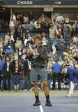 Meister Rafael Nadal des US Open 2013, der US Open-Trophäe während der Trophäendarstellung hält Lizenzfreie Stockfotos