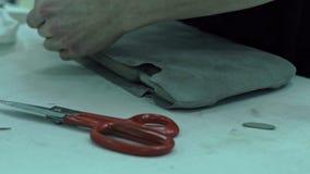 Meister schnitt die weiße Polsterung des Autoinnenraums heraus stock video