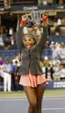 Meister Serena Williams des US Open 2013, der US Open-Trophäe nach ihrem Endspielgewinn gegen Victoria Azarenka hält Lizenzfreie Stockfotografie