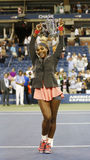 Meister Serena Williams des US Open 2013, der US Open-Trophäe nach ihrem Endspielgewinn gegen Victoria Azarenka hält Lizenzfreie Stockfotos