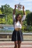 Meister Serena Williams des US Open 2013, der US Open-Trophäe im Central Park aufwirft Lizenzfreie Stockfotos