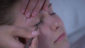 Meister von den Wimpererweiterungen, die Volumen den Peitschen der Frau, Schönheitssalon hinzufügen stock footage