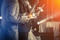 Meister von Zeremonien mit Mikrofon lizenzfreie stockfotos