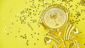 Meistergoldcuptroph?e auf gelbem Hintergrund Minimalismusart, Siegesfeierkonzept und goldene Sterne von stockfoto