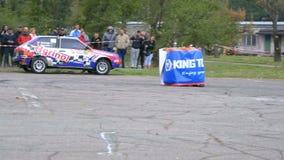 Meisterschaft in der Sammlung Sammeln Sie das Laufen auf Sportautos auf der Asphaltstraße in der Stadt stock video footage