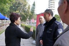 Mej. huangling bespreking aan de politieagent Stock Foto