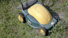 Meja gräs i trädgården med den elektriska maskinen Royaltyfria Foton