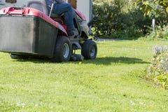 Meja gräsmattan med traktoren arkivbilder
