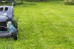 Meja gräsmattor Lawngräsklippningsmaskin på grönt gräs Gräsklippningsmaskingräsutrustning meja dag för övre sikt för slut för hjä Fotografering för Bildbyråer