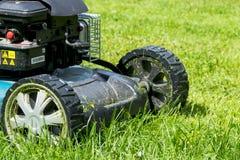 Meja gräsmattor Lawngräsklippningsmaskin på grönt gräs Gräsklippningsmaskingräsutrustning meja dag för övre sikt för slut för hjä Royaltyfria Bilder