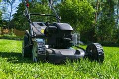 Meja gräsmattor Lawngräsklippningsmaskin på grönt gräs Gräsklippningsmaskingräsutrustning Meja hjälpmedlet för trädgårdsmästareom Royaltyfri Foto