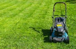 Meja gräsmattor Lawngräsklippningsmaskin på grönt gräs Gräsklippningsmaskingräsutrustning Meja hjälpmedlet för trädgårdsmästareom Arkivfoto