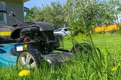 Meja gräsmattor Lawngräsklippningsmaskin på grönt gräs Gräsklippningsmaskingräsutrustning Meja hjälpmedlet för trädgårdsmästareom Royaltyfri Bild