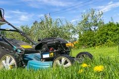 Meja gräsmattor Lawngräsklippningsmaskin på grönt gräs Gräsklippningsmaskingräsutrustning Meja hjälpmedlet för trädgårdsmästareom Fotografering för Bildbyråer