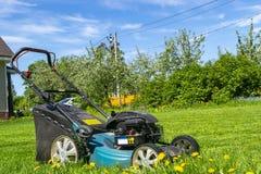 Meja gräsmattor Lawngräsklippningsmaskin på grönt gräs Gräsklippningsmaskingräsutrustning Meja hjälpmedlet för trädgårdsmästareom Arkivbilder