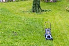 Meja gräsmattor Lawngräsklippningsmaskin på grönt gräs Gräsklippningsmaskingräsutrustning meja sikten för slut för hjälpmedel för Royaltyfri Fotografi