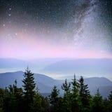 Mejeri Star Trek i träna Dramatisk och pittoresk plats Fantastisk stjärnklar himmel och den mjölkaktiga vägen arkivbild