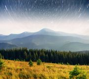 Mejeri Star Trek i träna Dramatisk och pittoresk plats Fantastisk stjärnklar himmel och den mjölkaktiga vägen royaltyfri bild