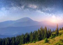 Mejeri Star Trek i träna Dramatisk och pittoresk plats Fantastisk stjärnklar himmel och den mjölkaktiga vägen arkivfoto
