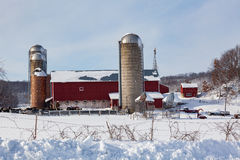 Mejerilantgård i ny snö arkivfoto