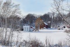 Mejerilantgård i ny snö arkivbild
