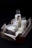 Mejeriprodukter i gammal träspjällåda Royaltyfria Bilder