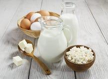 Mejeriprodukter och ägg på tabellen arkivbild