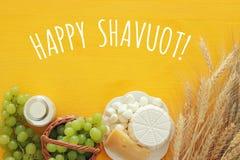 mejeriprodukter och frukter Symboler av judisk ferie - Shavuot Royaltyfri Foto