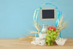 mejeriprodukter och frukter Symboler av judisk ferie - Shavuot Arkivbilder