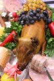 Mejerisvin på grönsallat och druvor över royaltyfri fotografi
